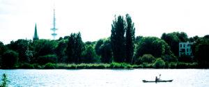 Im Sommer wird auf der Alster Kajak gefahren.
