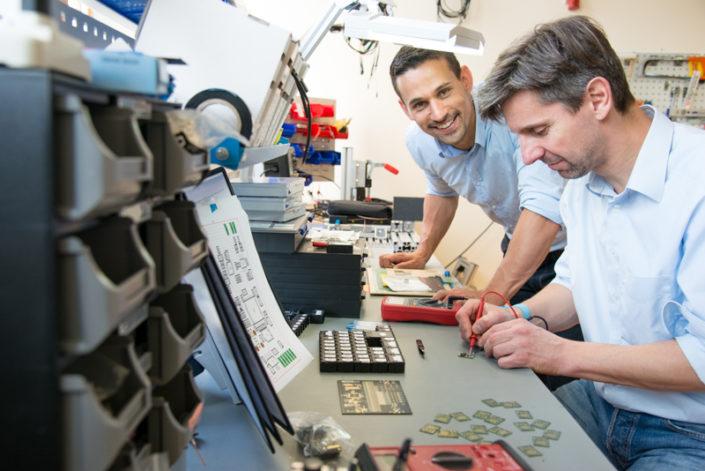 Zwei Männer in einem technischen Labor