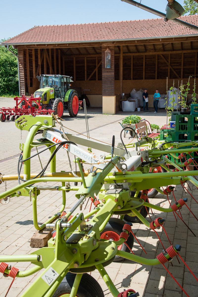 Geräte und Traktor auf einem Bauerhof