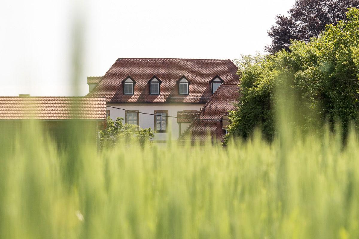Bauernhaus am Rande eines Feldes