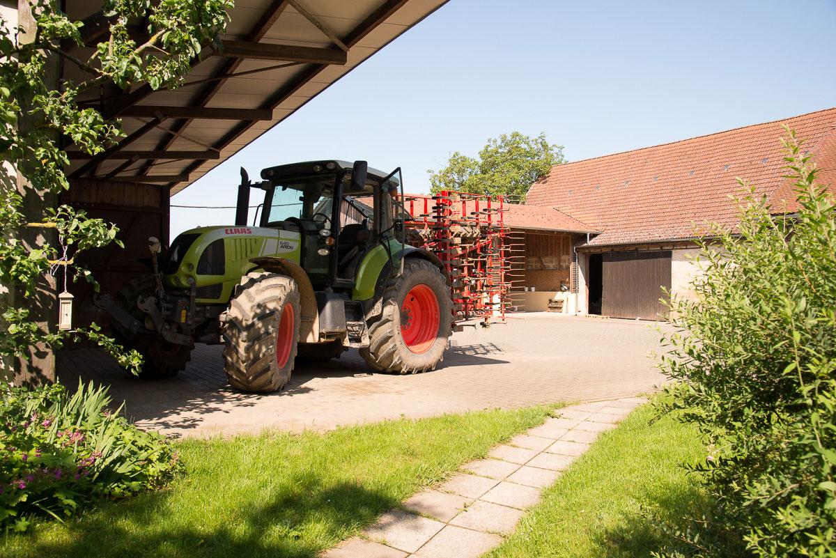 Traktor steht auf einem Bauerhof