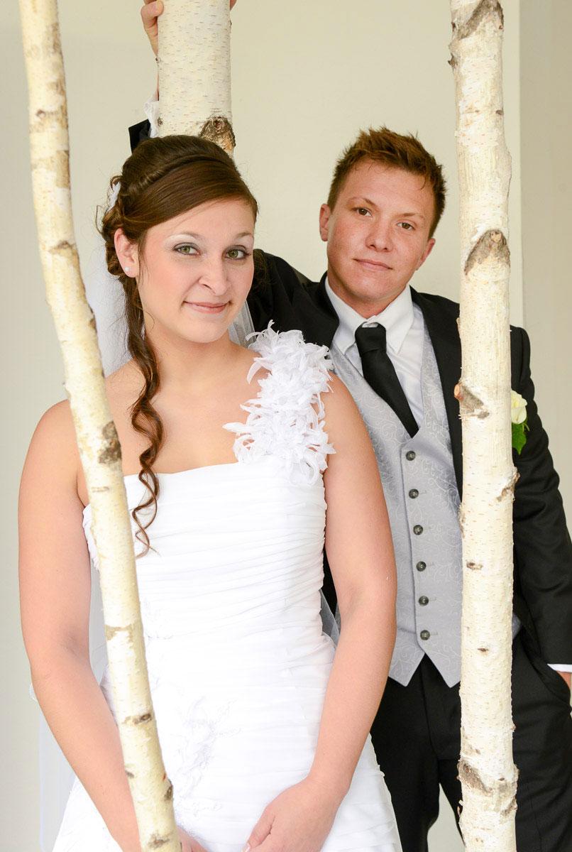 Hochzeitspaar zwischen Birken