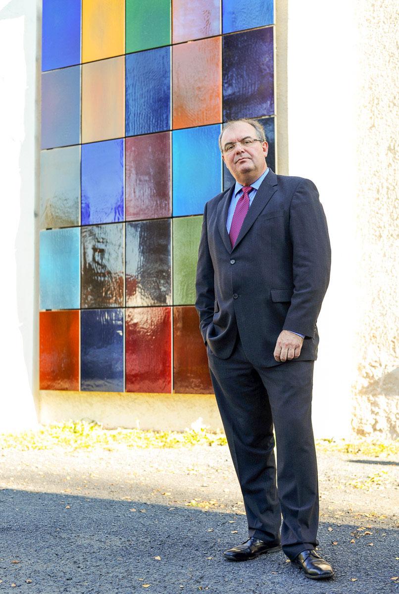 Mensch vor einem bunten Glasfenster