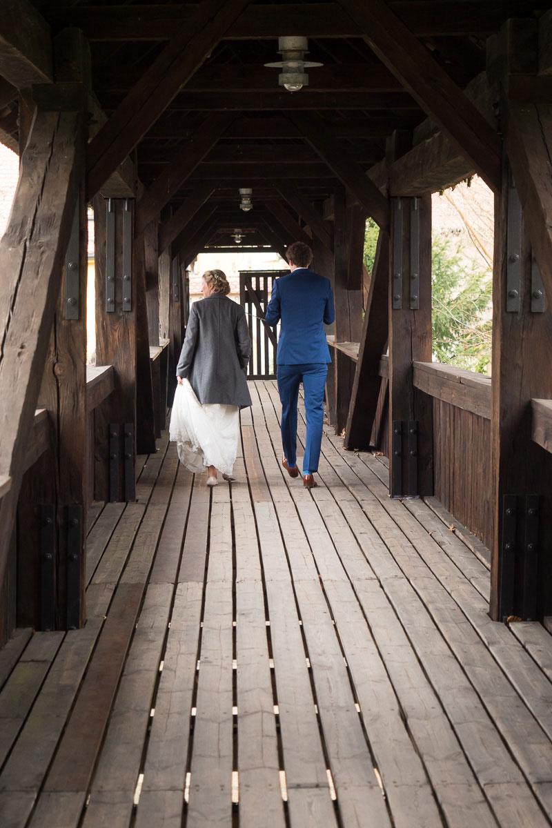 Hochzeitspaar läuft auf einer Brücke