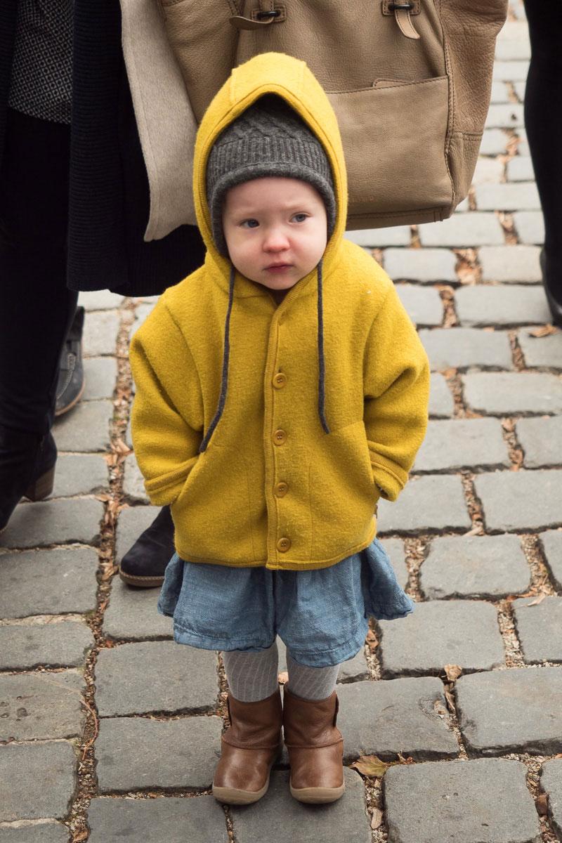 Kleinkind mit gelber Jacke