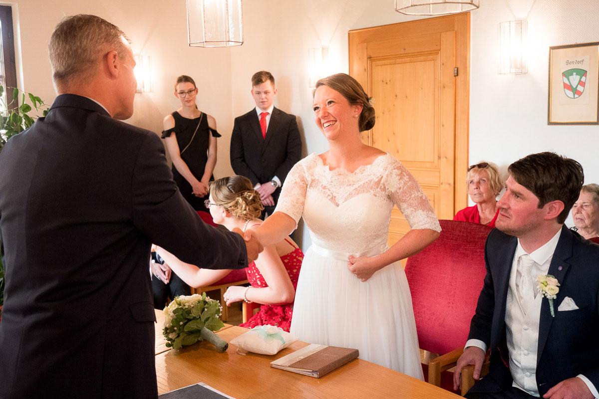 Hochzeitspaar beim Standesamt