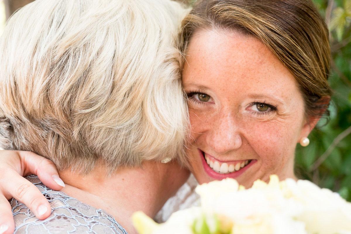 Braut umarmt einen Gast