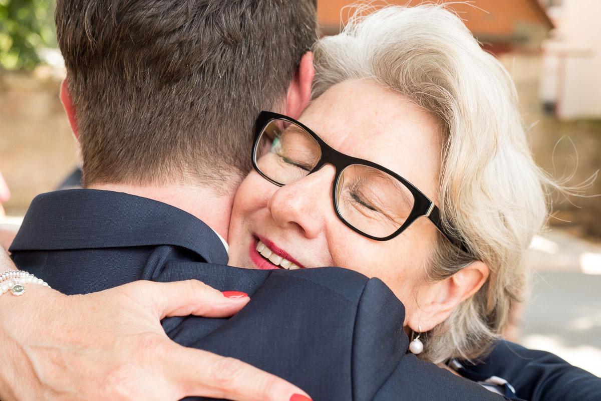 zwei Hochzeitsgäste umarmen sich