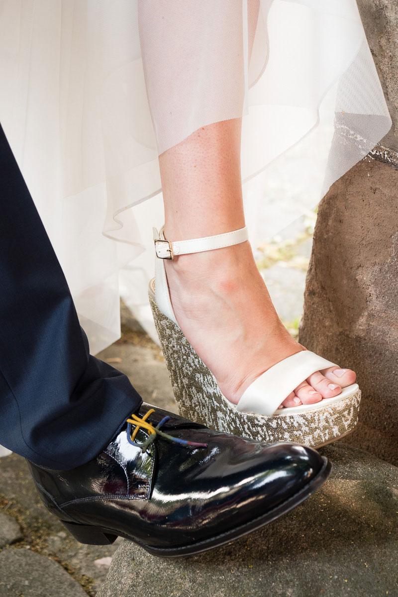 Schuhe des Hochzeitspaares nebeneinander
