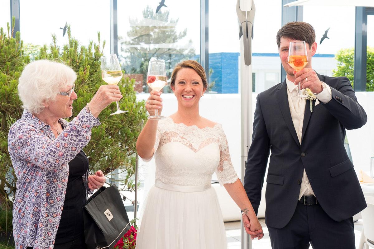 Hochzeitspaar beim Anstoßen