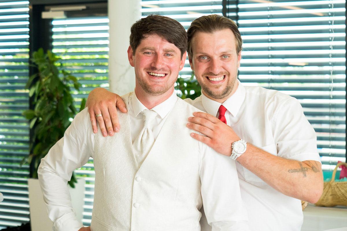 Bräutigam mit Freund in weiß