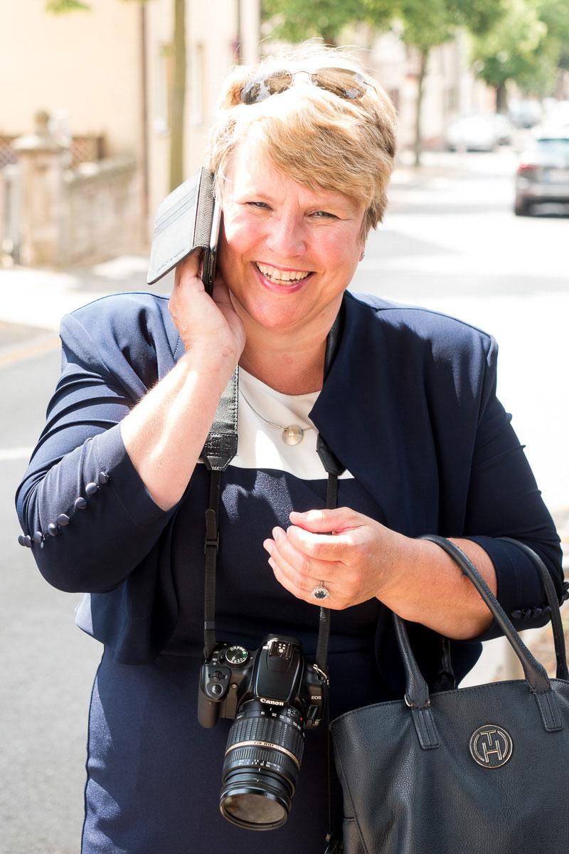 lachender Frau mit Kamera