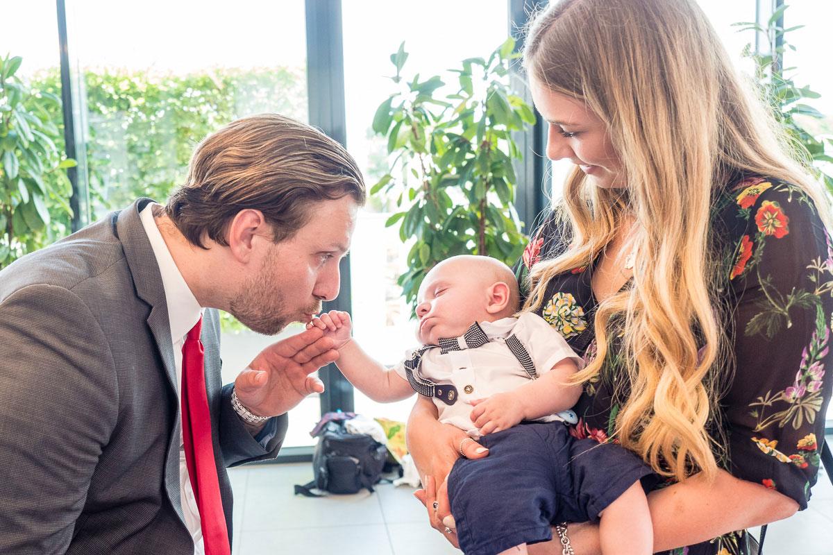 Hochzeitsgäste mit Baby