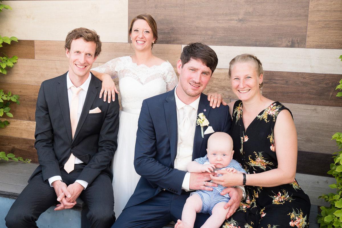 Gruppenfoto von Hochzeitsgästen mit einem Baby
