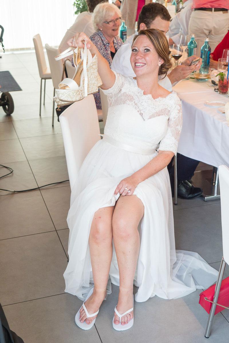 Braut zieht hohe Schuhe aus