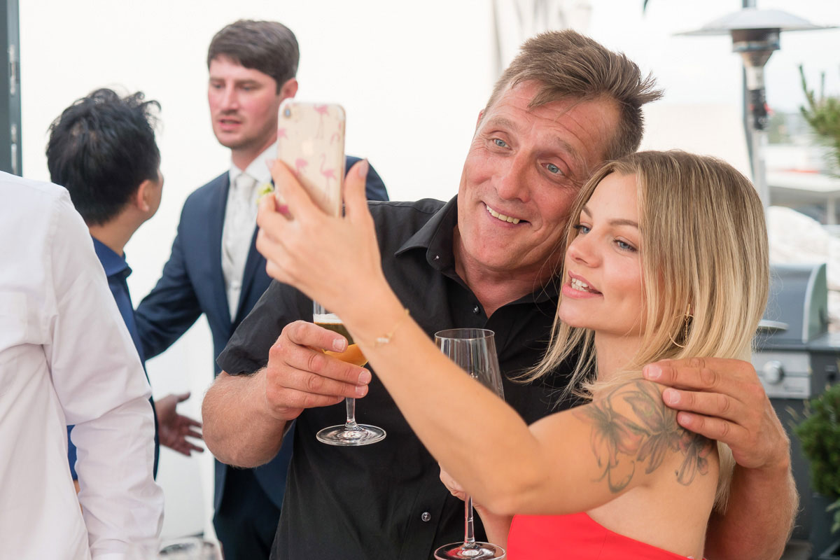 Hochzeitsgäste machen ein Selfie