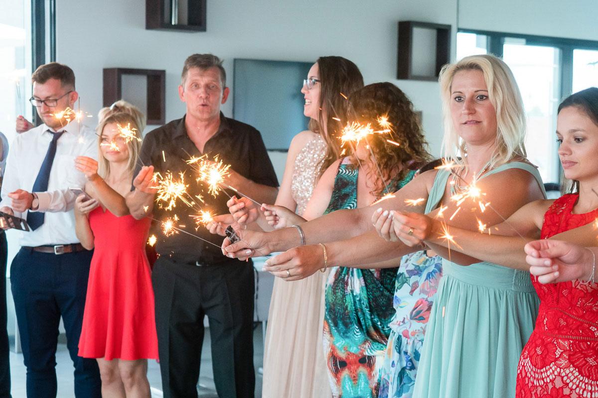 Hochzeitsgäste mit Wunderkerzen
