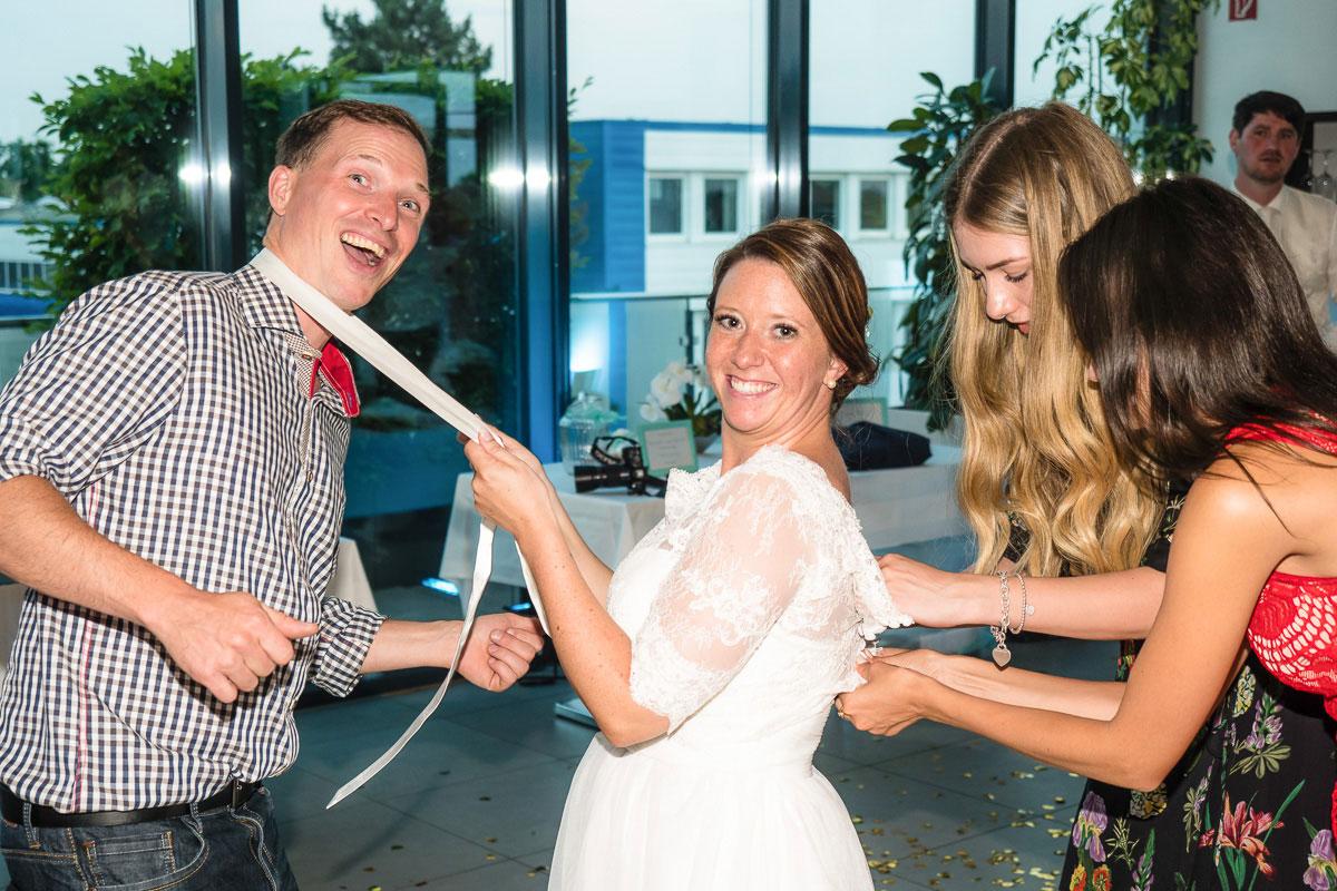 Braut bei einem lustigen Hochzeitsspiel