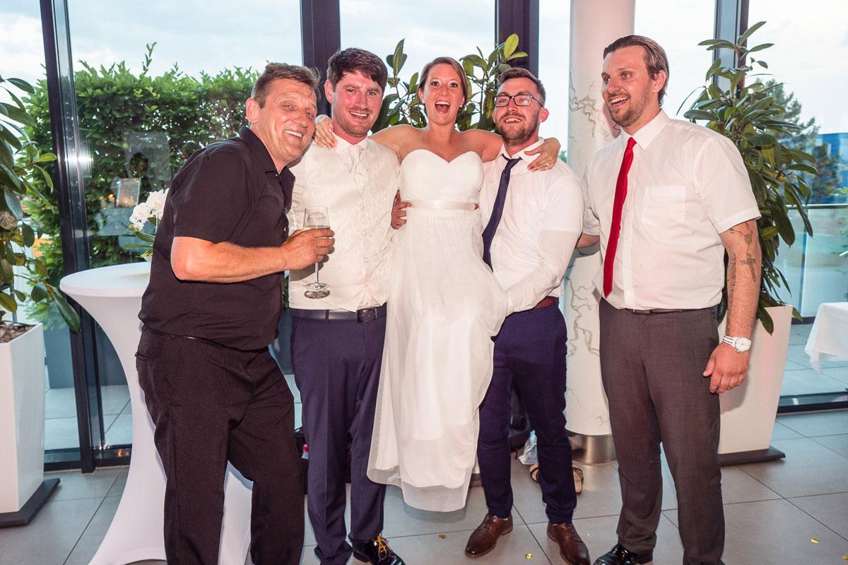 Braut wird von Männern hochgehoben