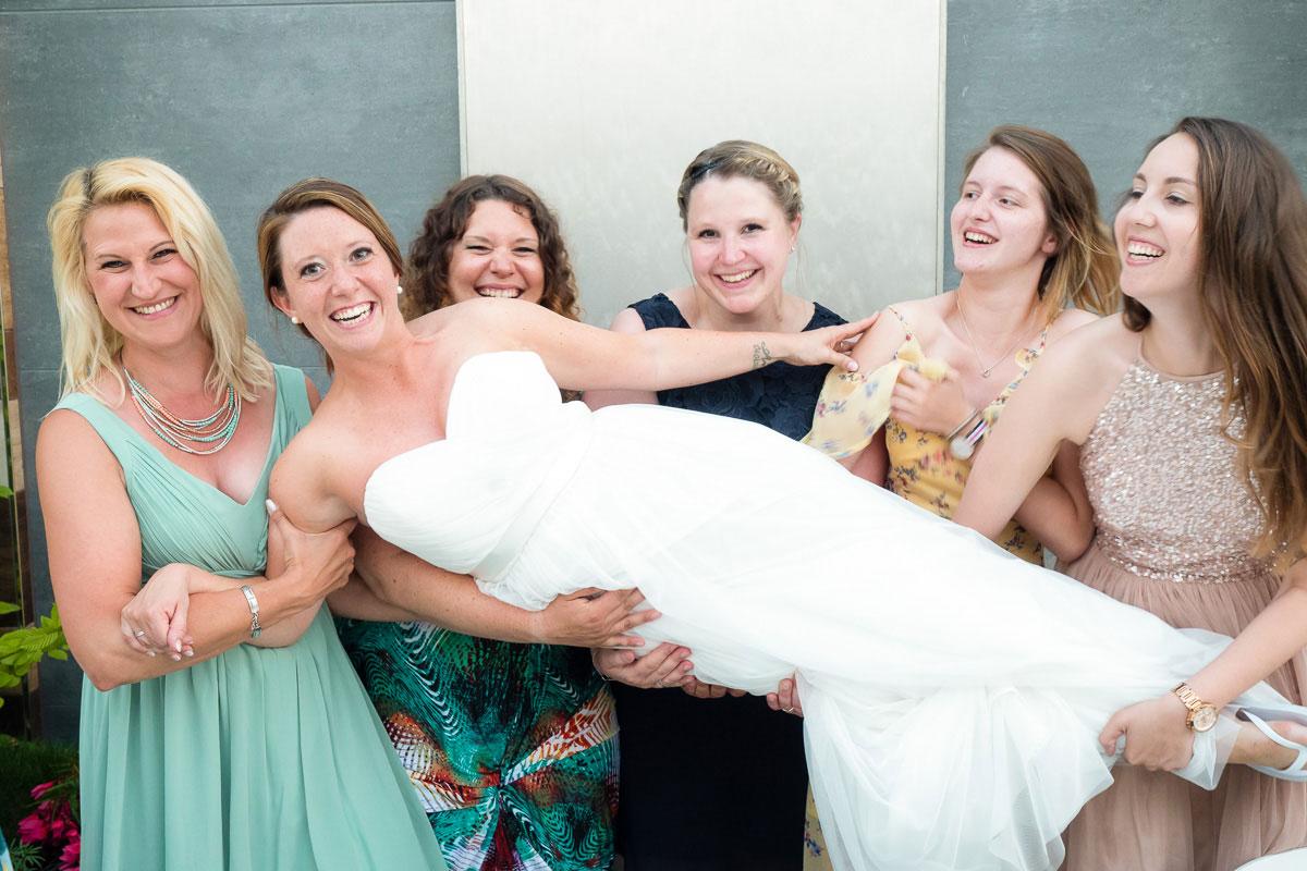 Braut wird von Brautjungfern getragen