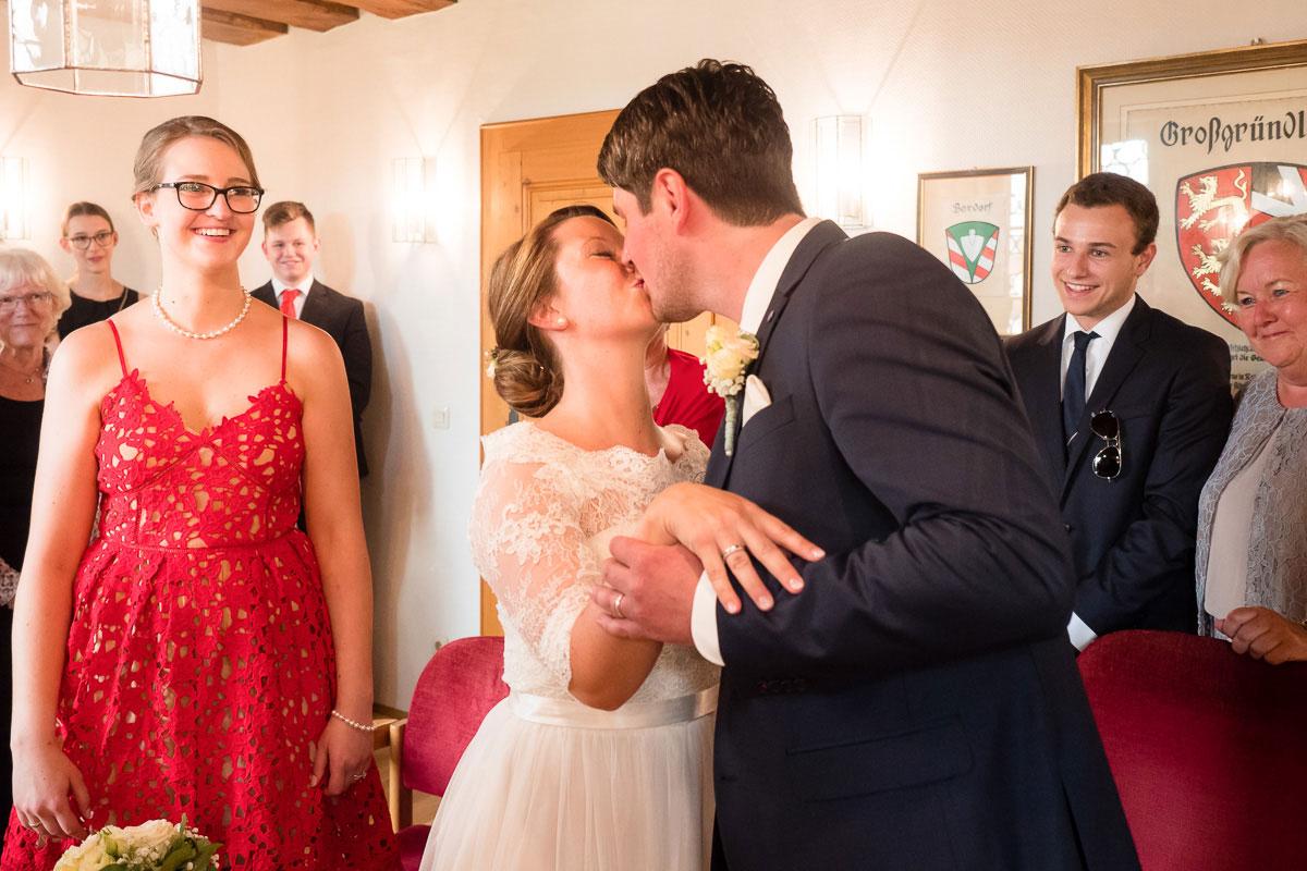 Ein Hochzeitspaar küsst sich