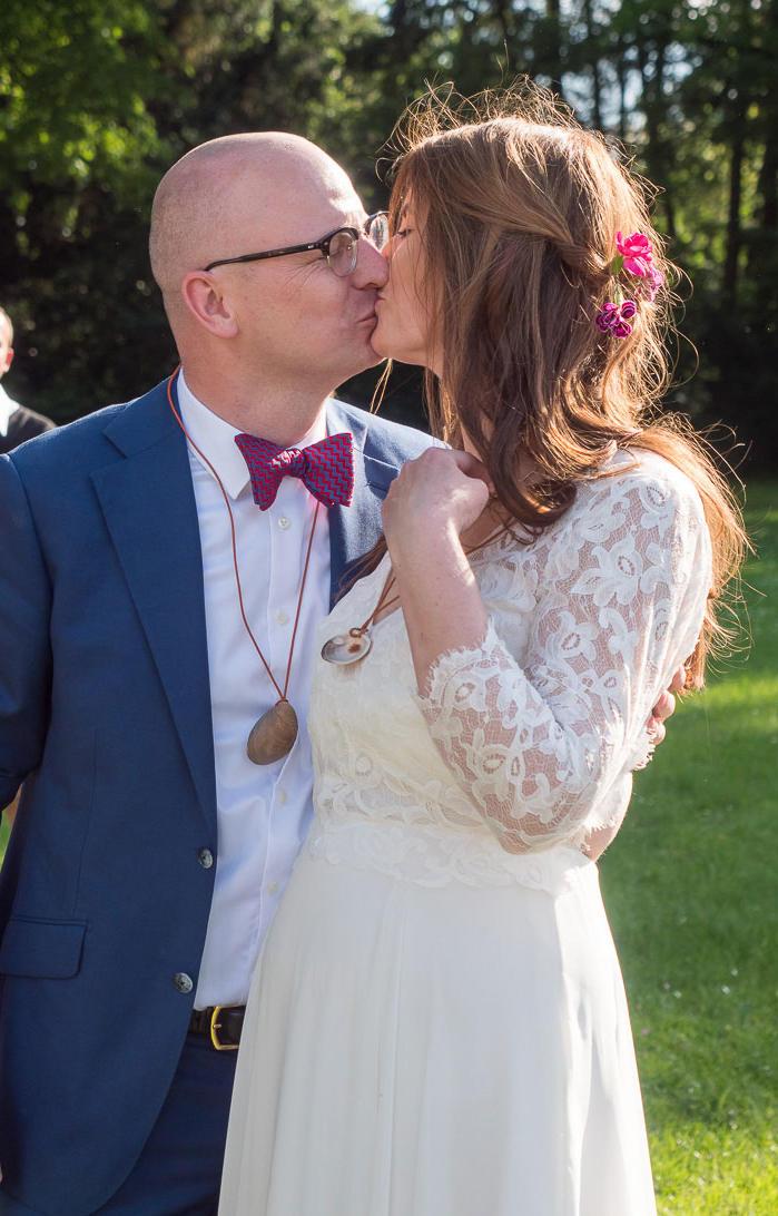 küssendes Hochzeitspaar