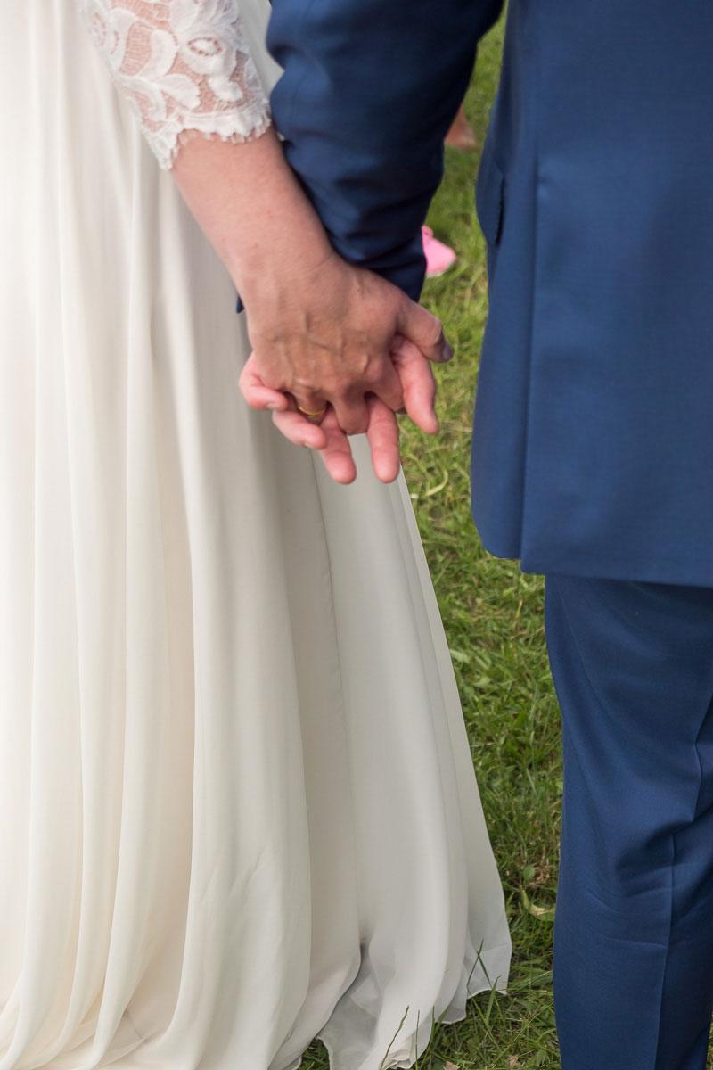 Hochzeitspaar halten Händchen