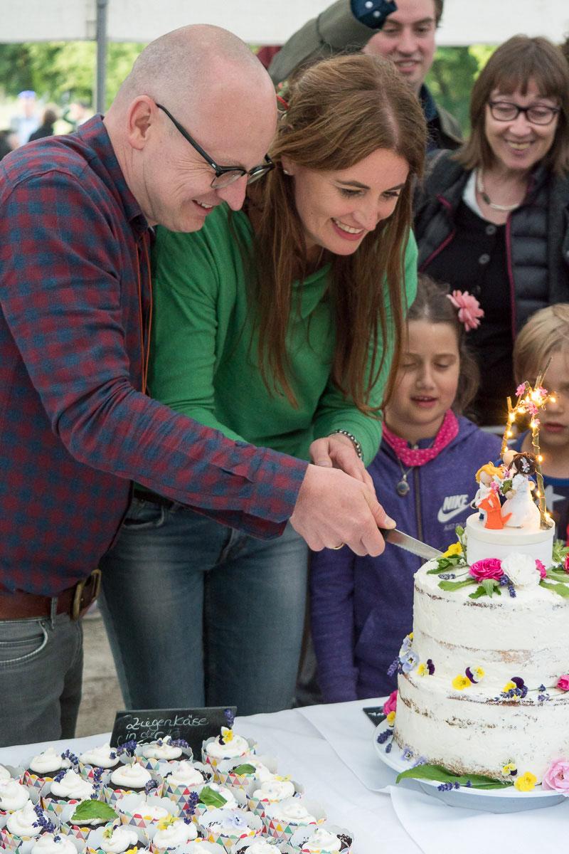 Paar schneidet Kuchen an