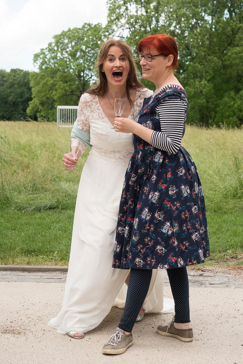Braut lacht mit einer Freundin
