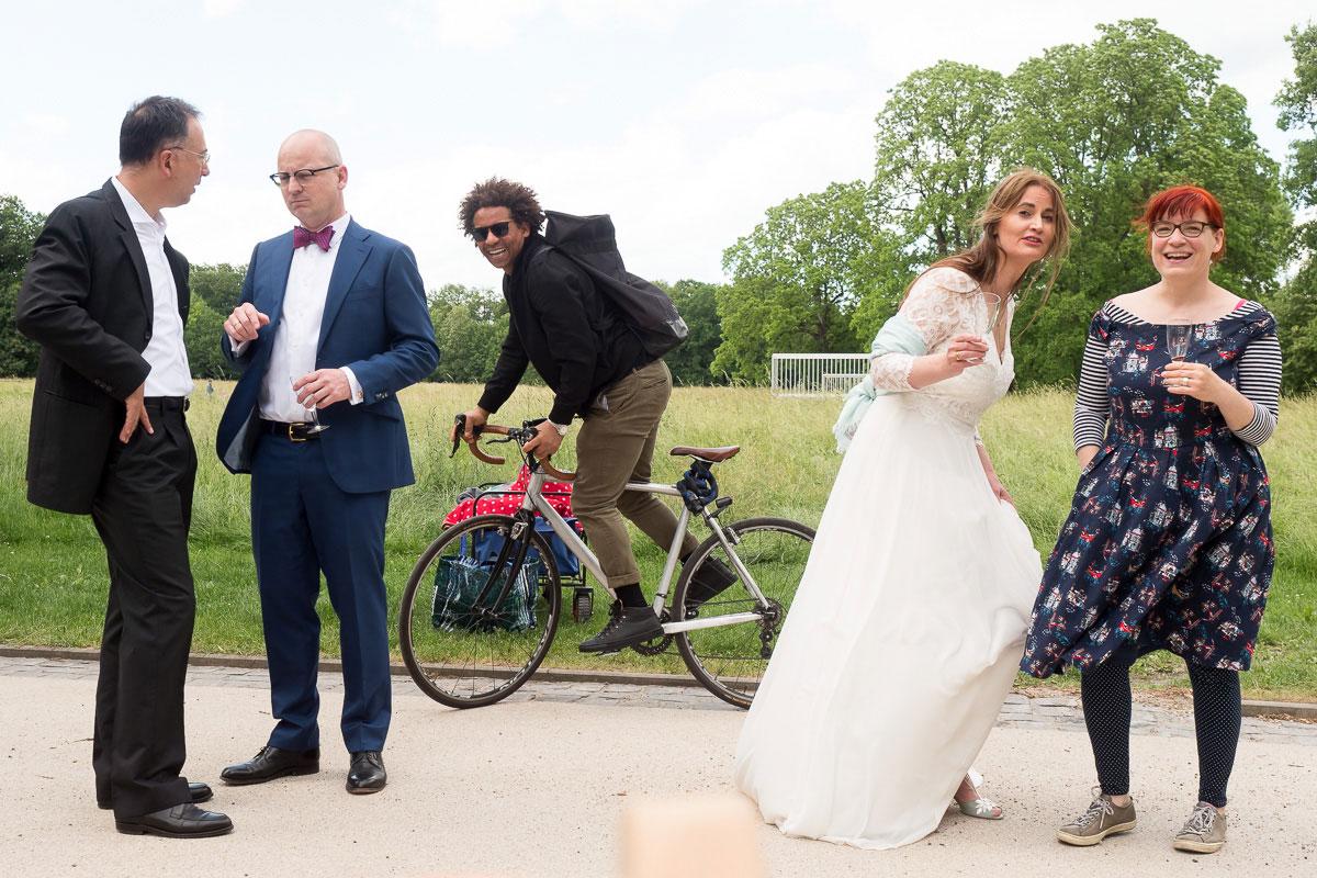 lustiger Schnappschuss von einem Hochzeitspaar