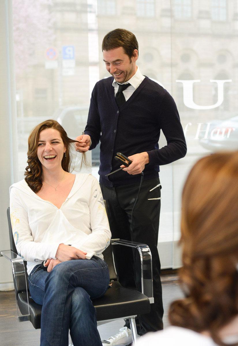lachende Braut beim Friseur