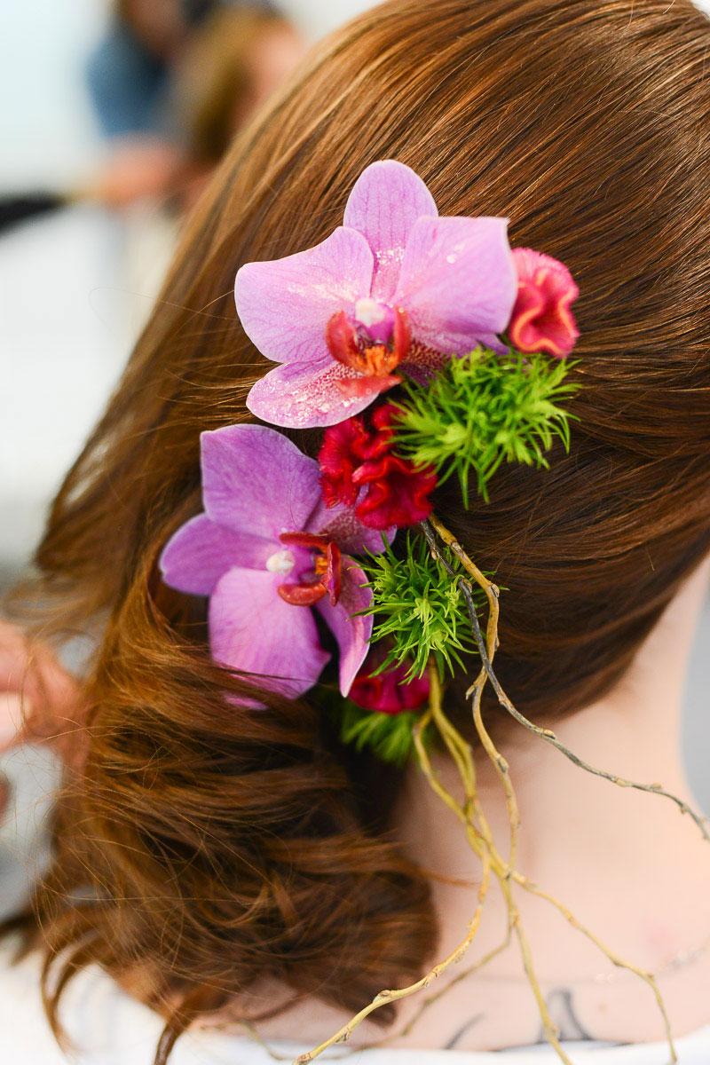 Blumen im Haar als Hochzeitsfrisur
