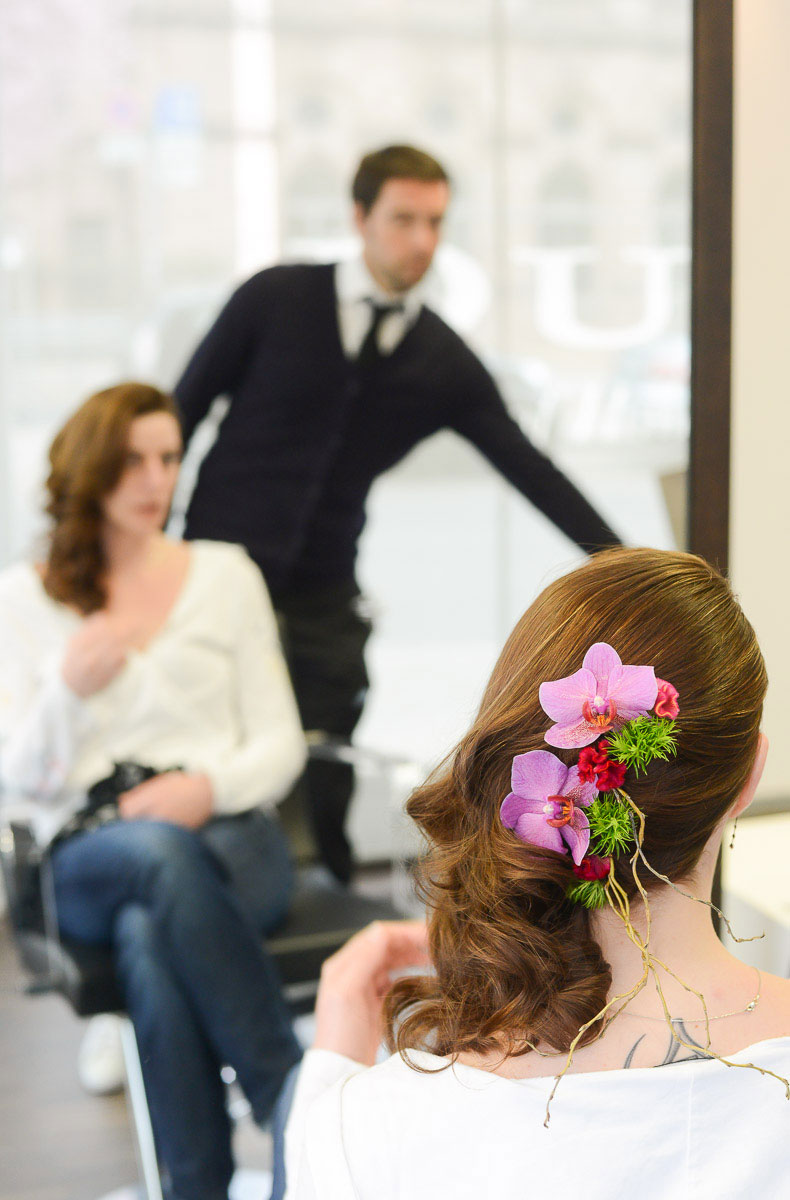 Braut beim Friseur; Hochzeitsfrisur