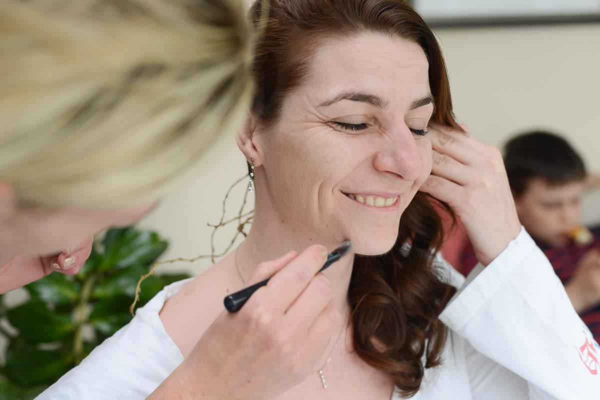 Braut wird geschminkt