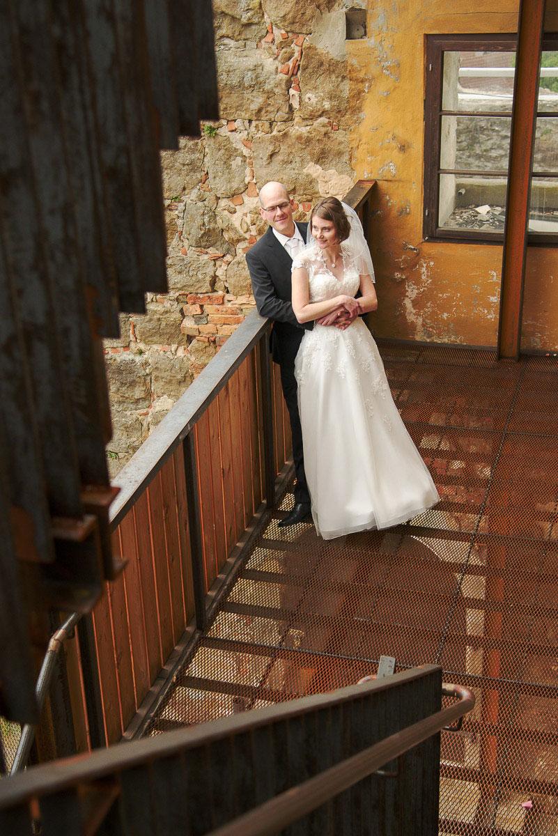 Hochzeitspaar auf einer Treppe