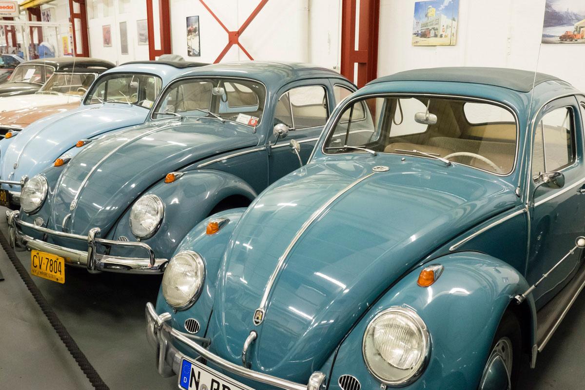 zwei alte hellblaue Autos