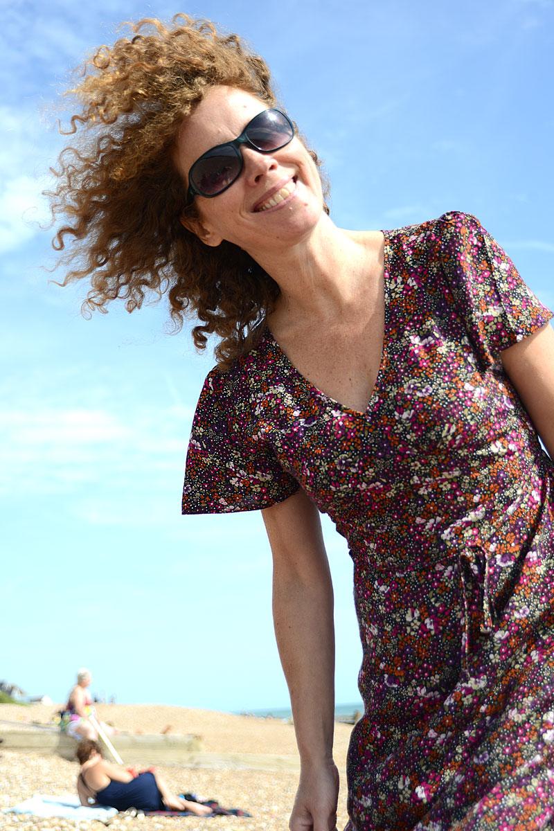 lachende Frau mit Locken