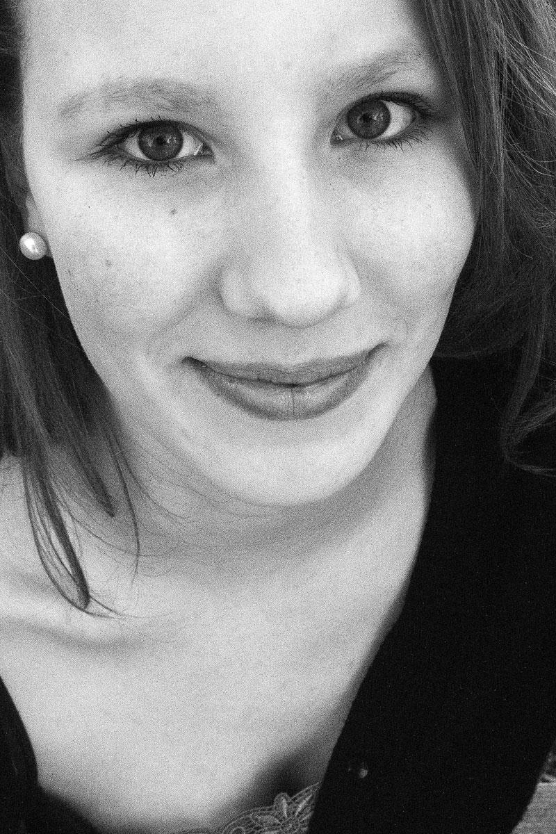 Portrait einer lächelnden Frau in Schwarz-Weiß